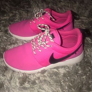 NIKE Kids (Youth) Size 4 sneakers